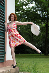 Frau tanzt im Sommerkleid
