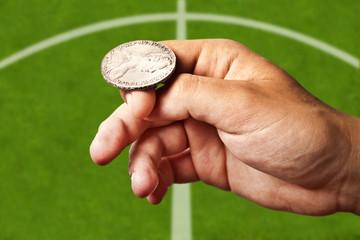 Rzut monetą na rozpoczęcie meczu piłkarskiego