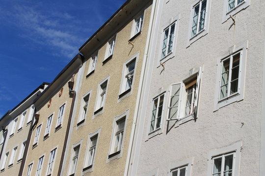 historische Reihenhäuser in der Salzburger Altstadt