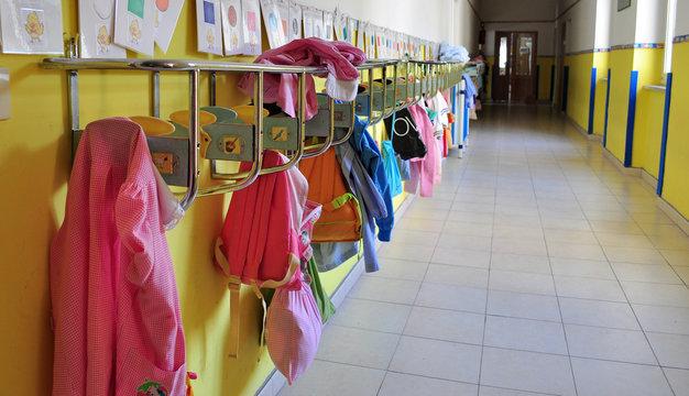 Grembiuli in corridoio di scuola materna