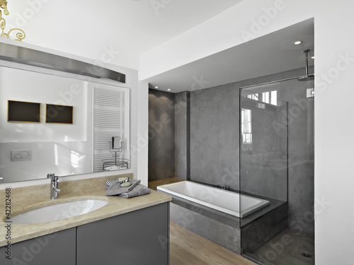 Bagno moderno con vasca e doccia stock photo and royalty - Bagno moderno con vasca ...