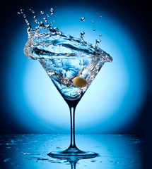 Photo sur Aluminium Eclaboussures d eau Splash martini from flying olives.
