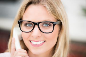 frau mit brille telefoniert