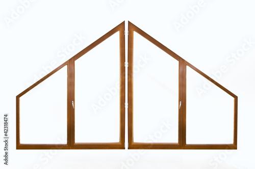 Fen tre en bois triangulaire fond blanc photo libre de for Fenetre triangulaire