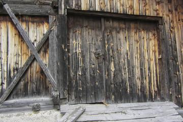 Eingang zu einem alten Holzschuppen