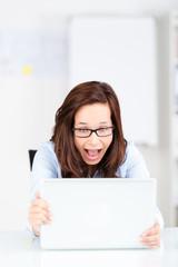 geschäftsfrau schreit ihren computer an