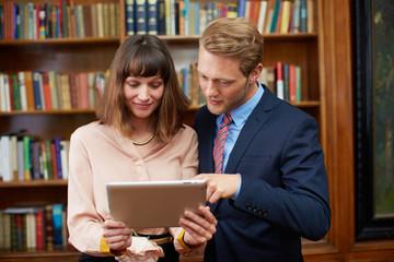 Geschäftsleute mit Tablet-PC