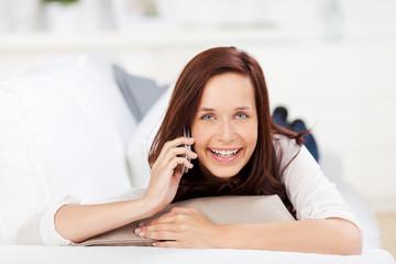 lachende frau telefoniert mit handy