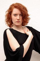 Rothaarige Frau in schwarzem Kleid