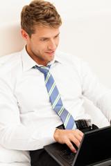 Geschäftsmann mit Computer im Hotel