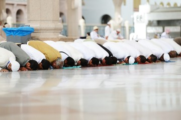 Fototapete - Muslims praying together at Holy mosque