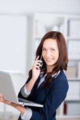 geschäftsfrau mit laptop und handy