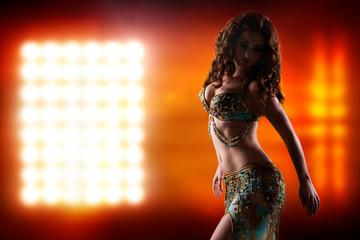 attraktive orientalische Tänzerin vor Scheinwerfer