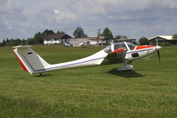 Flugzeug auf Graspiste