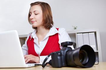 Fotografin überträgt Fotos auf Computer