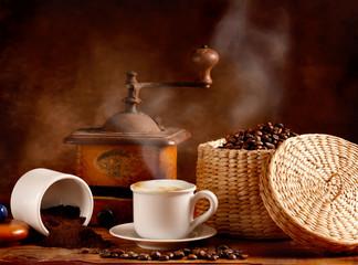 Foto op Canvas koffiebar Caffè tostato e macinato con cappuccino caldo