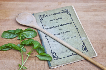 historisches Kochbuch mit Basilikum