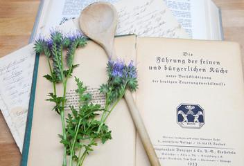 Omas altes Kochbuch mit Kochlöffel