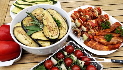 Fleisch und Gemüse für Grill vorbereitet