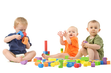 Kinder spielen mit Bausteinen