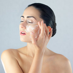Fototapeta Piękna kobieta dba o urodę i nakłada maseczkę na twarz obraz