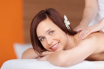 lächelnde frau entspannt bei einer massage