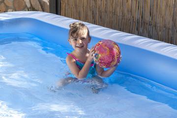 bimba piscina gioco pallone