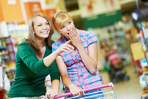 dve-golie-devchonki-v-supermarkete