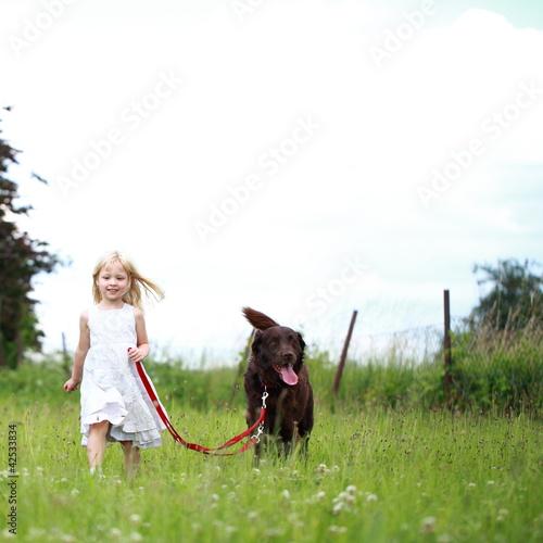 m dchen geht mit hund spazieren stockfotos und lizenzfreie bilder auf bild 42533834. Black Bedroom Furniture Sets. Home Design Ideas