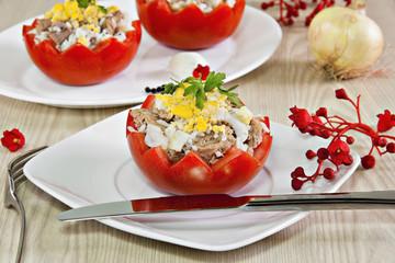 Tomates rellenos de atún, arroz, cebolla,ajo y huevo.
