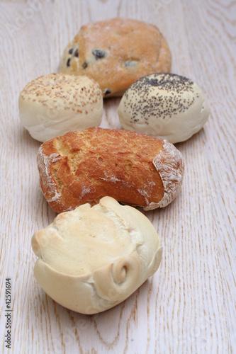 Diversi tipi di pane su tavola di legno immagini e fotografie royalty free su - Diversi tipi di pane ...