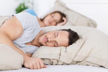 junges paar schläft
