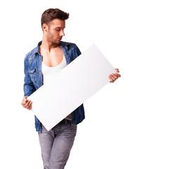 junger Mann mit Werbetafel