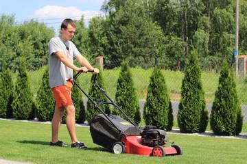Fototapeta Koszenie trawy w ogrodzie obraz