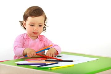 Ein Kleinkind malt ein Bild