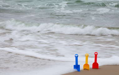 Spielzeugschaufeln am Strand