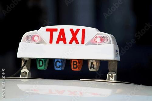 lumineux de taxi allum rouge 39 occup 39 photo libre de droits sur la banque d 39 images. Black Bedroom Furniture Sets. Home Design Ideas