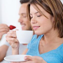 frau genießt kaffee