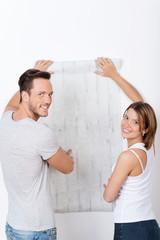 junges paar sucht eine neue tapete aus