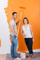 glückliches paar beim renovieren