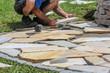 Natursteinplatten im Garten verlegen