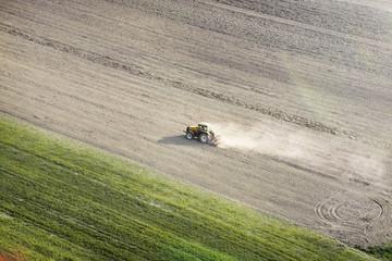 Tracteur au milieu d'un champ