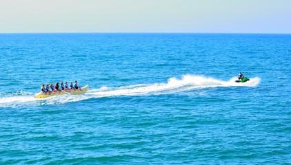 Giochi acquatici nel mare di Peschici (FG)