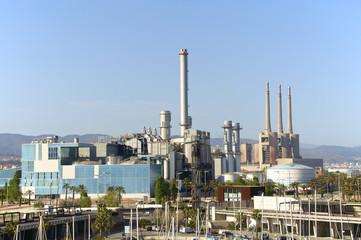Ein neues Kraftwerk neben einem alten deaktivierten Kraftwerk