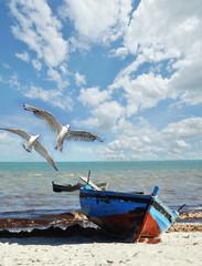 Wall Mural - Urlaubs-Erinnerung: Strand mit Fischerboot und Möwen