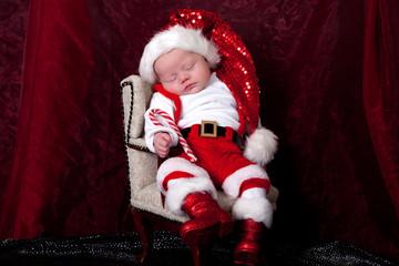 Baby in Weihnachtskostüm