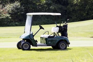 Golf Car Caddy auf einem Golfplatz Sommer