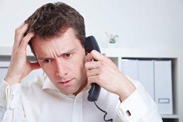 Unzufriedener Manager am Telefon