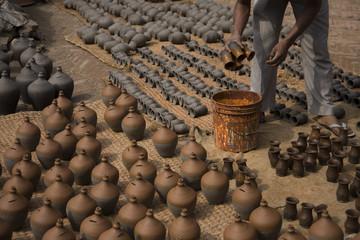 Poteries artisanales en terre séchant au soleil