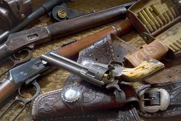 старинные американские револьвер и винтовки с амуницией